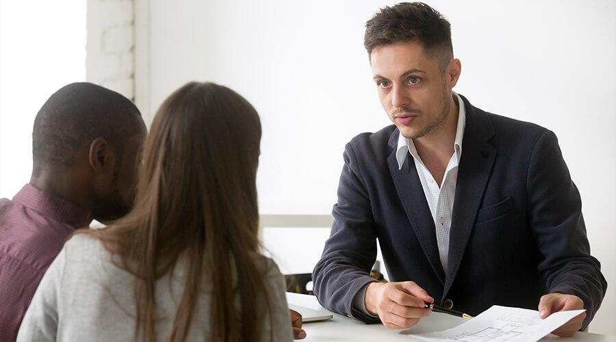 Couple et conseiller pour savoir sur quelle durée emprunter