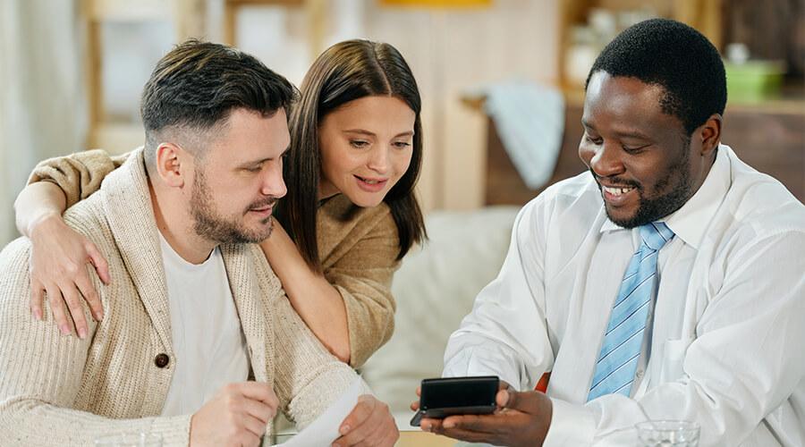 Famille heureuse suite aux économies de leur assurance emprunteur Çaassure